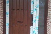 Puerta de PVC de seguridad con fijo lateral con panel estilo rustico