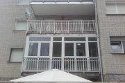 Cerramiento de terraza en PVC con ventanas oscilo batientes